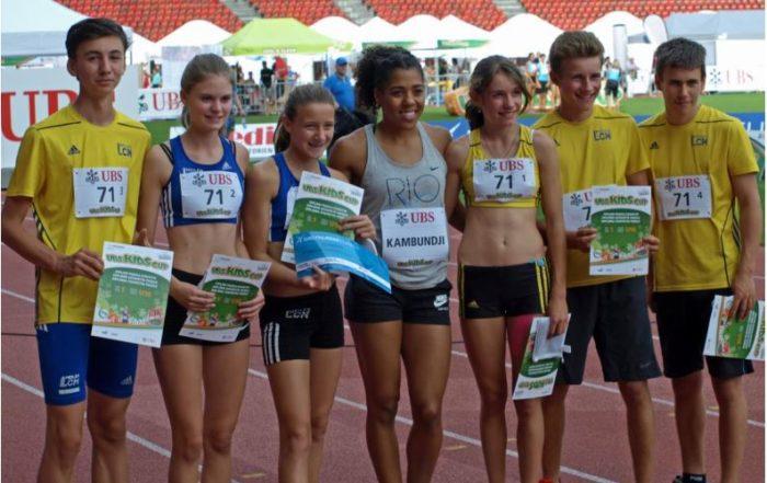 U16-Team: Die glücklichen Sieger Robin, Michelle, Aline, Seraina, Severin, Simon mit Mujinga Kambundji